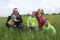 Kleinfamilie mit 3 Kindern (Symbolbild)