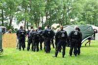 Polizisten inspizieren das G20-Protestcamp Entenwerder nach der illegalen Räumung