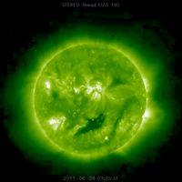 Satellitenaufnahme der Sonne mit mysteriösen Objekten (2011-06-28 01:35:31 20110628_013530_n7euA_195.jpg) Bild: stereo.gsfc.nasa.gov