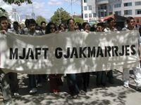 Demonstration der albanischen Nichtregierungsorganisation Mjaft! gegen die Blutrache. Auf dem Transparent steht Genug der Blutrache