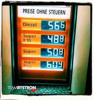 Preise an einer üblichen Tankstelle, wenn keine Steuern und CO2-Steuer zu zahlen währen (Symbolbild)