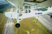 3-Achs-gesteuertes Ultraleichtflugzeug Wild Thing WT01, im Flug von einer Tragflächenkamera fotografiert