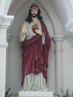 Herz-Jesu-Statue in Osttimor als König mit timoresischen Herrscherinsignien Kaibauk und Belak (Symbolbild)