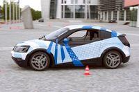 Visio.M fährt ferngesteuert vor dem Gebäude der Fakultät für Maschinenwesen der TU München Quelle: Andreas Heddergott / TU München (idw)
