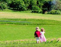 Kinder kommen sehr gut alleine zurecht. Leider ist unsere Gesellschaft so ausgerichtet, daß diese nur noch im schlafen Zeit für sich haben (Symbolbild)