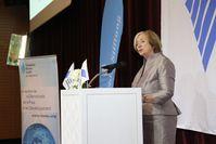 """Stiftungsvorsitzende Ursula Männle begrüßt die internationalen Gäste beim Festakt in Marrakesch. Bild: """"obs/Hanns-Seidel-Stiftung/HSS"""""""