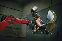 Heinrich Bülthoff bei einem Wahrnehmungsexperiment im Flugsimulator. Bild: Anne Faden / Max-Planck-Institut für biologische Kybernetik