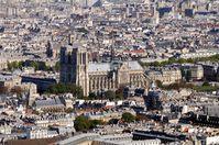 Kathedrale Notre-Dame de Paris in der trostlosen städtischen Umgebung von Südwesten, vor dem Brand in 2019