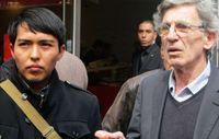 Hopi-Student Bo Lomahquahu und der Direktor von Survival International Frankreich protestierten im April 2013 gegen die Versteigerung von 70 Katsinam.  Bild: Survival