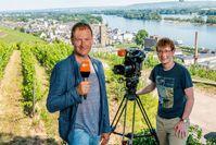 """ZDF-Reporter Peter Theisen und Kameramann Christoph Timm sind für das ZDF vier Wochen in Rüdesheim.  Bild: """"obs/ZDF/Torsten Silz"""""""