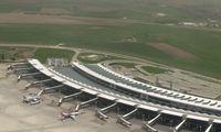 Blick auf das Terminal des Flughafens Esenboğa Havalimanı, Ankara, Türkei. Aufgenommen vom Flugzeug aus.