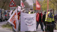 Auf einer Demonstration vor den Tönnies-Werken am 23. April 2021 forderten Gewerkschaften und Mitarbeitende bessere Löhne.  Bild: ZDF Fotograf: Ralf Huppke