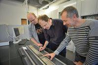 Dr. Lars Wörmer, Prof. Kai-Uwe Hinrichs und Dr. Marcus Elvert (von links) inspizieren einen Bohrkern Quelle: Foto: A. Gerdes, MARUM - Universität Bremen (idw)