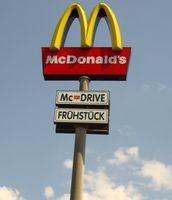 McDonald's-Logo auf einem Pylon