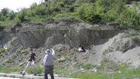 Die ForscherInnen bei einer Auflagerung anthropogener Ablagerungen des Anthropozäns auf Kreidesedimenten in der Nordwest-Türkei. Quelle: Copyright: Michael Wagreich, Universität Wien (idw)