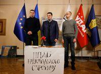 Vitali Klitschko, Oleh Tjahnybok und Arsenij Jazenjuk (v.l.n.r., Dezember 2013)
