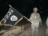 Soldat der Vereinigten Staaten von Amerika (VSA/USA) mit Flagge des IS