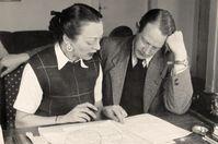 Franz und Hildegard Cornelsen arbeiten 1948 an Peter Pim and Billy Ball. Bild:     Cornelsen Verlag