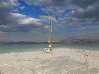 Die tiefstgelegene meteorologische Messstation der Erde: Direkt am Toten Meer steht ein sechs Meter hoher Messmast. Die Instrumente messen Strahlung, Verdunstung und Wärme. Quelle: (Foto: Dr. Ulrich Corsmeier) (idw)