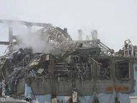 Aus einem zerstörten Reaktorgebäude steigt Rauch oder Wasserdampf aus. Bild: Greenpeace / anonym
