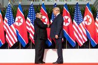 Kim Jong-un (links) und Donald Trump (rechts) beim ersten Treffen