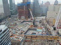 Ground Zero im Juli 2010, die Baustelle des Memorials in der Mitte, links dahinter das One World Trade Center. Bild: Chris Bridges