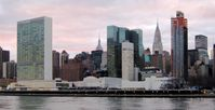 Blick auf die United Nations Plaza und das Hauptquartier der Vereinten Nationen in New York-