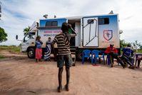 Die Praxis auf vier Rädern erregt Aufsehen in den kleinen Dörfern.  Bild: CBM Fotograf: Anthony Atiko/CBM