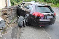 Autofahrerin kracht in Kirchenmauer Bild: Polizei