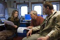 Dr. Miriam Römer, Prof. Gerhard Bohrmann und Dr. Paul Wintersteller diskutieren während der Expediti Quelle: Foto: vdl, MARUM (idw)