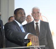 Bildungsminister Abraham Iyambo setzt per Knopfdruck H.E.S.S. II in Bewegung; rechts Werner Hofmann. Quelle: C. Föhr, H.E.S.S.-Kollaboration (idw)