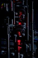 Der zentrale Teil des optischen Aufbaus, der verwendet wird, um zu zeigen, dass selbst ein System, das keine Verschränkung zulässt, Merkmale aufweist, die üblicherweise diesem Phänomen zugeschrieben werden. Bild: IQOQI; Jacqueline Godany 2011