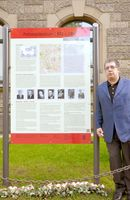 Oswald Marschall, leitender Referent vom Zentralrat Deutscher Sinti und Roma, hier vor der am 4. Mai 2015 enthüllten Erinnerungs- und Gedenktafel vor dem Hauptgebäude der Polizeidirektion Hannover, Archivbild
