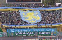 """Fans des westukrainischen Fußballclubs Karpaty Lwiw zeigten zum 70-jährigen Jubiläum der Einheit ein Banner mit dem Abzeichen der Division """"Galizien"""", 2013"""