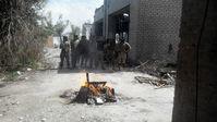 Verbrennung von Bücher und Ikonen im Kampfgebiet in Donbass durch freiwillige Asow-Kämpfer Bild: Anatolij Scharij