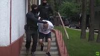 Weißrussische Sicherheitsbeamte überführen am 29. Juli 2020 die in Minsk verhafteten russischen Bürger als mutmaßliche Saboteure. Sie handelten nach einem Plot des ukrainischen Geheimdienstes, der so die Auslieferung der ehemaligen Donbass-Kämpfer an die Ukraine anstrebte.