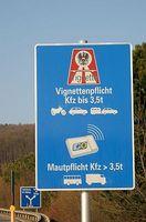 Mauttafel vor einer österreichischen Autobahnauffahrt