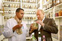 """In der Gewürz-Apotheke von Ahmed Beharat (links im Bild) in Marrakesch erhalten Menschen seit Jahrhunderten bewährte Medizin. Hier erfährt Sternekoch Alfons Schuhbeck zum Beispiel alles über die Heilkraft des Schwarzkümmels. Bild: """"obs/Verlag Zabert Sandmann GmbH"""""""