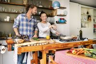 """Küchen-Tipps: Wer selbst kocht, lebt gesünder. Bild: """"obs/Wort & Bild Verlag - Gesundheitsmeldungen/Westend61_PeterScholl"""""""