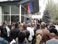 Ukraine: Volksmiliz und sogenannte  pro-russische Zivilisten vor einem besetzten Gebäude in Kostjantyniwka am 28. April 2014