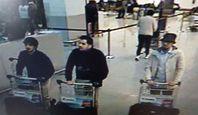 Ein Videoüberwachungsbild der drei mutmaßlichen Attentäter am Flughafen: Die beiden schwarz gekleideten Personen sind mutmaßlich bei dem Selbstmordattentat umgekommen, während nach der weiß gekleideten dritten Person derzeit gefahndet wird.