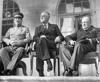 """Die Konferenz von Teheran, auch EUREKA-Konferenz bzw. Konferenz der """"Großen Drei"""" genannt, fand vom 28. November bis zum 1. Dezember 1943 als erste Konferenz der drei Hauptalliierten der Anti-Hitler-Koalition im Zweiten Weltkrieg, Großbritannien, den USA und der Sowjetunion, statt.  v.l.n.r.: Stalin, Roosevelt und Churchill auf der Terrasse der sowjetischen Botschaft in Teheran. Bild: wikipedia.org"""