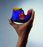 Biegen Sie mehrere Modelle mit einer Hand. Je weicher und flexibler der Schuh, desto besser für die Kinderfüße. Bild: kinderfuesse.com