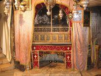 Die Geburtskirche ist die Kirche in Betlehem, die über der vermuteten Geburtsstätte Jesu Christi errichtet wurde. Die Geburtskirche gehört zu den wenigen Beispielen vollkommen erhaltener Bauten aus frühchristlicher Zeit. Bild: Darko Tepert Donatus / wikipedia.org