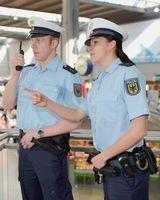Echte Polizisten oder doch Betrüger? Eine Uniform macht noch lange keinen echten Polizeibeamten aus! (Symbolbild)