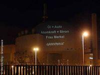 Leuchtender Protest am Atomkraftwerk Brokdorf. Foto: Greenpeace e.V.