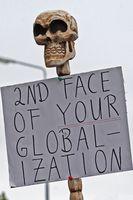 """Globalisierungskritisches Plakat mit Totenkopf zum G8-Gipfel in Heiligendamm 2007; übersetzt etwa """"Das zweite Gesicht eurer Globalisierung"""""""