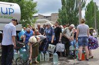 In Lugansk warten Menschen auf die Verteilung von Trinkwasser. Bild: UNICEF Ukraine