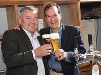Dr. Josef Schradler, Geschäftsführer der deutschen Brauerei Weihenstephan, und Jim Koch, Bierbrauer und Gründer von Samuel Adams. Bild: Samuel Adams