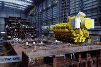 Werfthalle von innen: Schiffsdieselmotor im Wartezustand vor dem Einbau in ein Schiff (Symbolbild)